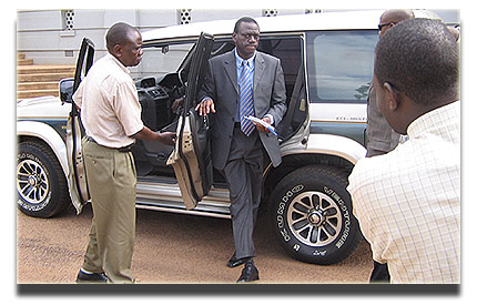 Besigye arrives at Supreme Court April 3, 2006